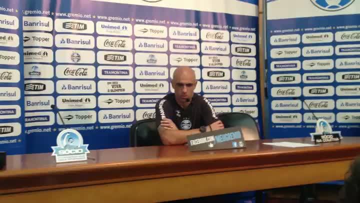Zagueiro Cris comenta entrosamento com os companheiros de zaga no Grêmio