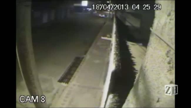 Câmeras de segurança flagram chegada de veículo onde estaria homem que matou jovem por engano em Pelotas