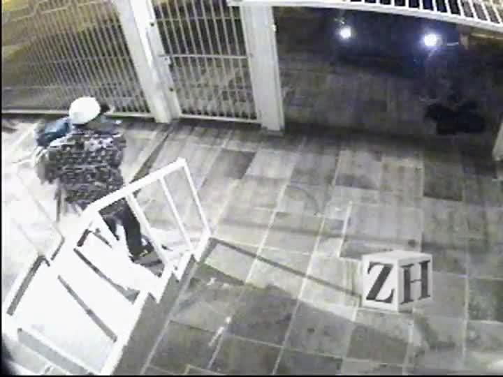 Vídeo mostra furto à loja de roupas em Porto Alegre
