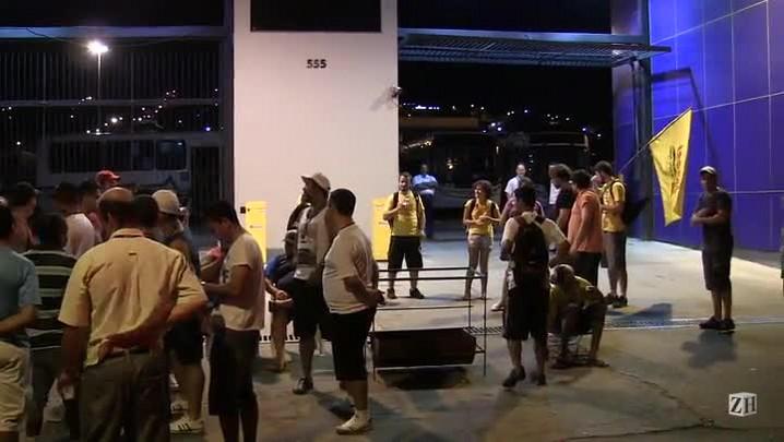 Grevistas e manifestantes do Bloco de Luta fazem piquete em frente a empresa Sudeste