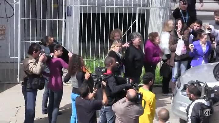 Manifestantes fazem protesto na saída da delegacia de torcedora de ato racista
