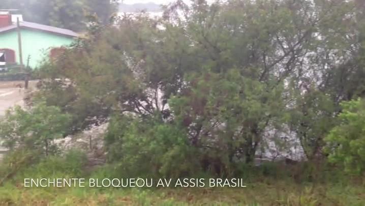 Rio Gravataí transborda no limite entre Porto Alegre e Cachoeirinha