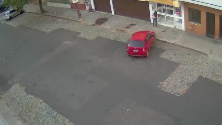 Gravação mostra mulher sendo assaltada no bairro Cidade Baixa em Porto Alegre