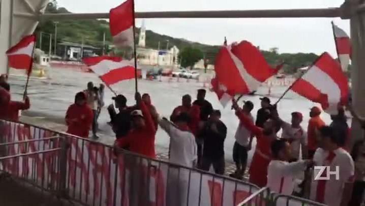 Torcida organizada faz protesto durante treino fechado no Beira-Rio