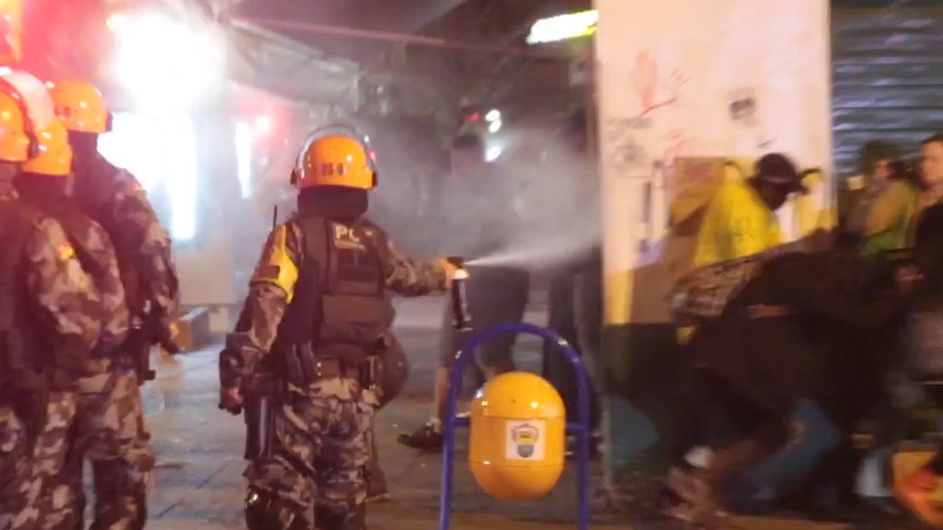 PM usa gás lacrimogêneo para repelir manifestantes em Porto Alegre