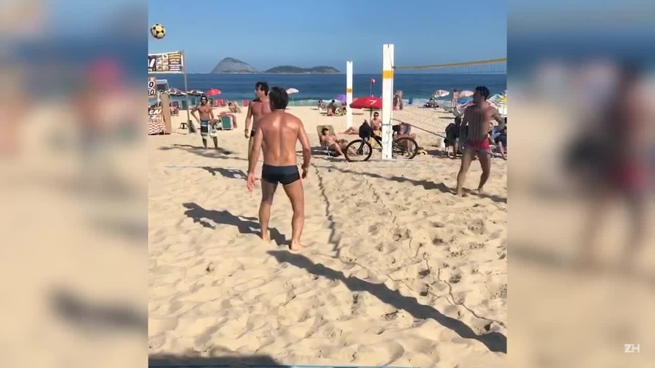 Renato Portaluppi joga futevôlei em dia de folga no Rio de Janeiro