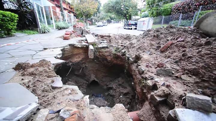 Com quase 2m de profundidade, buraco bloqueia prédio