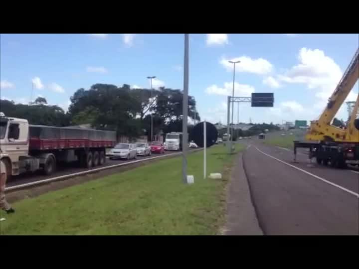 Caminhão tomba e interrompe BR-101. 22/02/2013