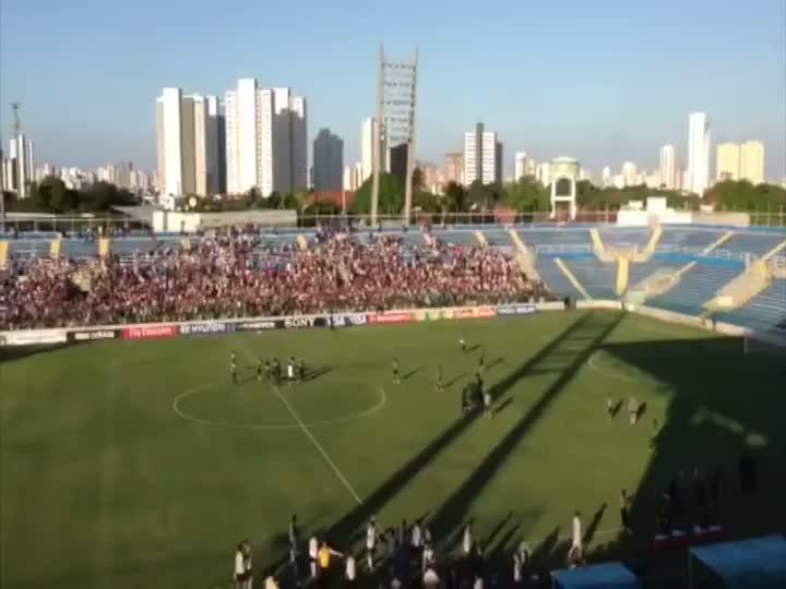 Torcida é liberada e consegue assistir ao final do treino da Seleção. 17/06/2013