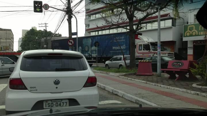 Trânsito 24 horas - Motorista filma caminhão invadinho a contramão de uma rua no Estreito
