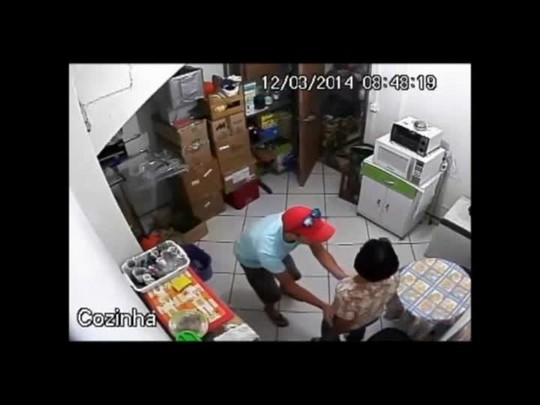 Assaltantes rendem quatro pessoas em loja em Joinville