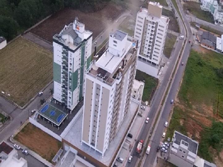 Incêndio atinge apartamento no sétimo andar de prédio em Palhoça