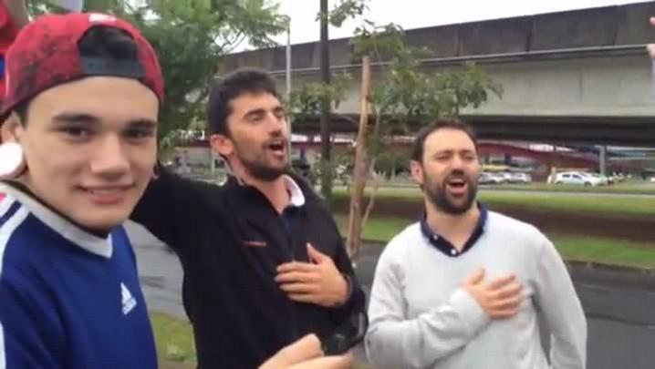 Torcedores cantam hino da França à espera da seleção em Porto Alegre. 14/06/2014