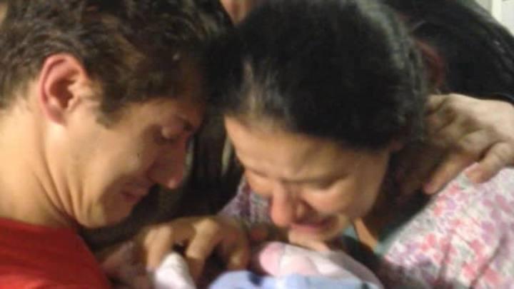 Mãe reencontra o bebê que foi sequestrado de hospital
