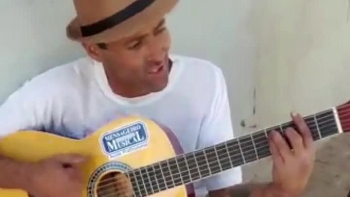 Policiais mobilizam comerciantes para doar violão para artista de rua