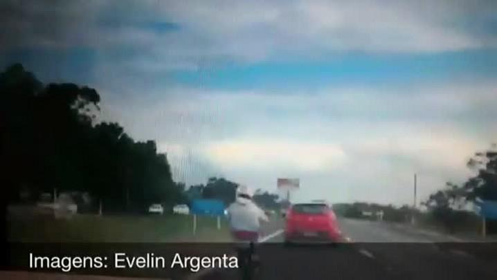Motociclista é flagrado dirigindo com pés junto à direção na BR-290