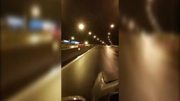 Carro é flagrado na contramão, em Florianópolis