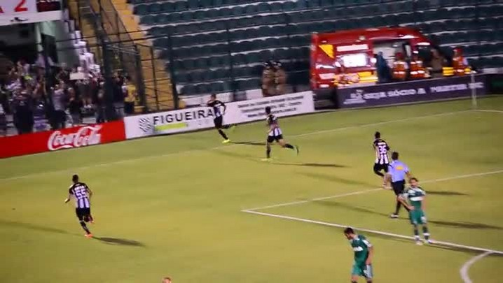 Clayton do Figueirense marca gol de pênalti contra Chapecoense