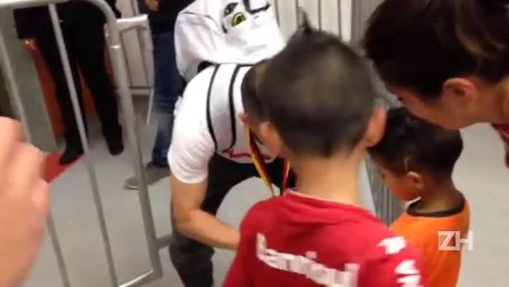D\'Alessandro atende a torcedores mirins após Gre-Nal