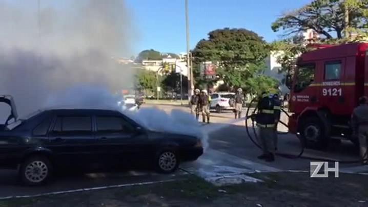 Carro pega fogo na Rótula do Papa, em Porto Alegre