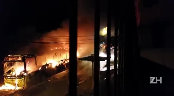 Moradores relatam que ônibus foi incendiado no bairro Itu Sabará.