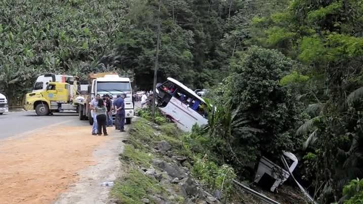 Acidente com ônibus deixa cinco mortos e pelo menos 15 feridos na BR-280 em Corupá