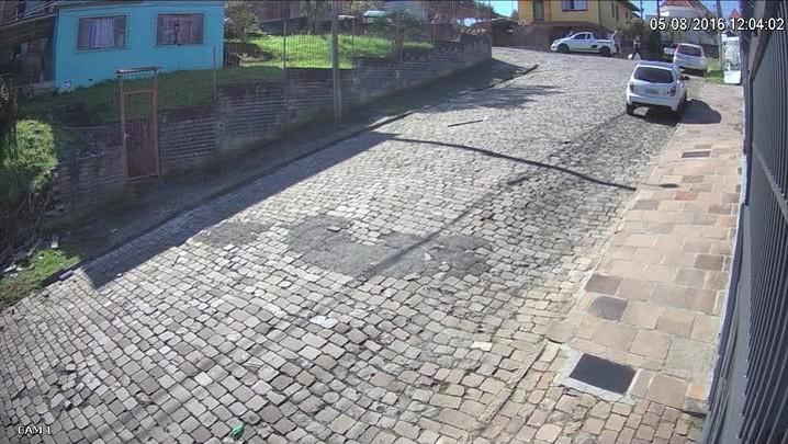 Caminhão roubado causa engavetamento no bairro São Leopoldo, em Caxias