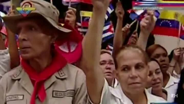 Maduro homenageia Castro diante do túmulo de Chávez