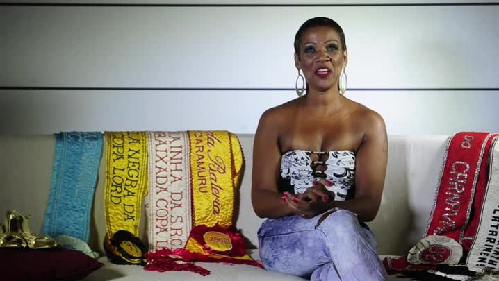 Rainha Kelly Nunes canta sambas que marcaram sua vida
