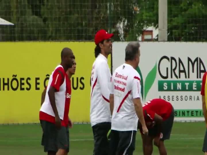 Após deixar cargo à disposição, Fernandão reencontra o grupo do Inter em treino