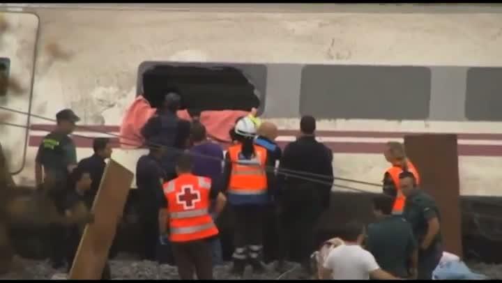 Trem perde controle e descarrilha na Espanha deixando 70 mortos