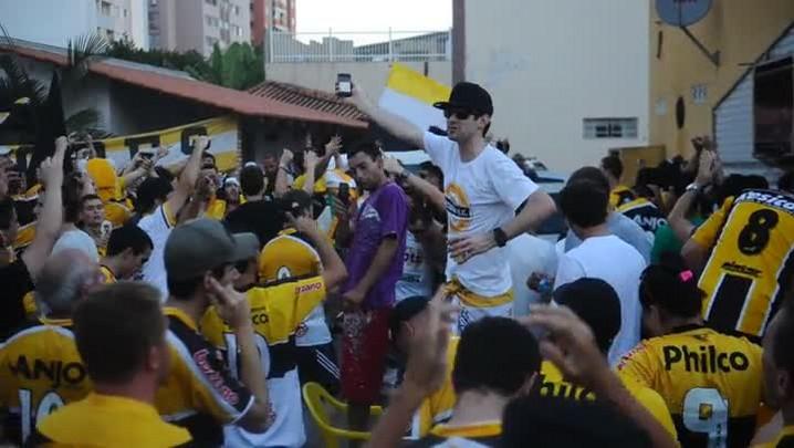 A festa da torcida do Criciúma com a permanência do Tigre na Série A