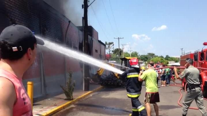 Bombeiros combatem incêndio em Taquara. 02/02/2014
