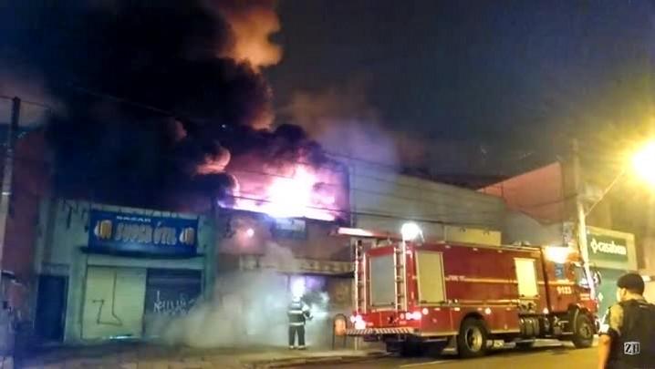 Bombeiros combatem incêndio em loja de imóveis em Porto Alegre
