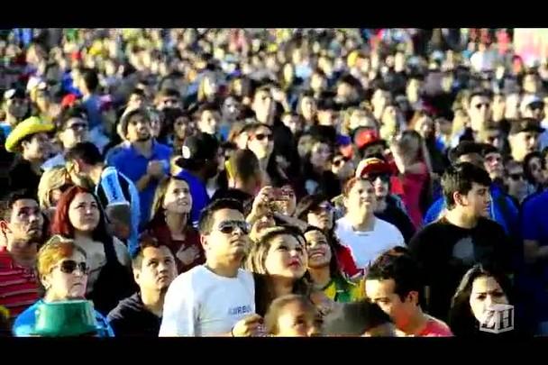 Torcedores cantam o Hino Nacional na Fan fest de Porto Alegre