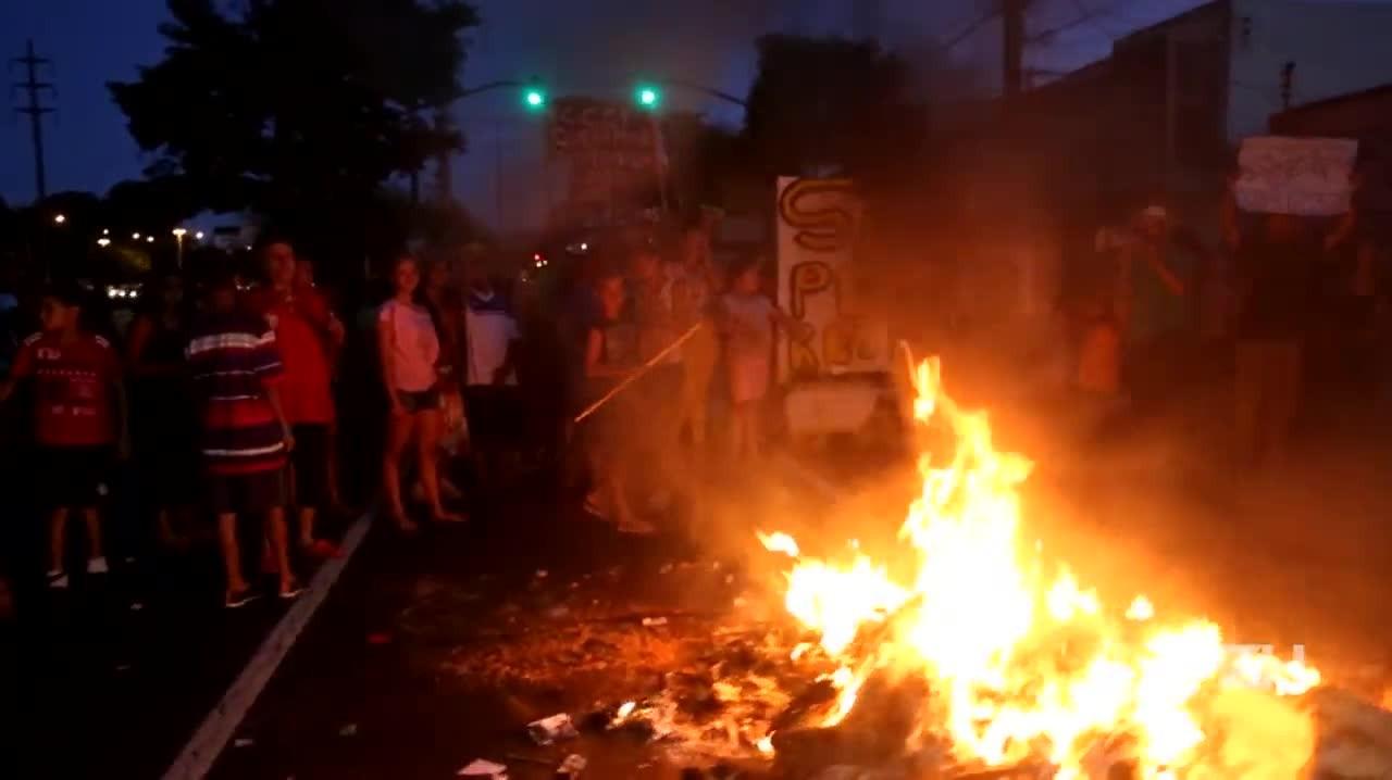 Protesto por seneamento e moradia bloqueia a Avenida Ipiranga