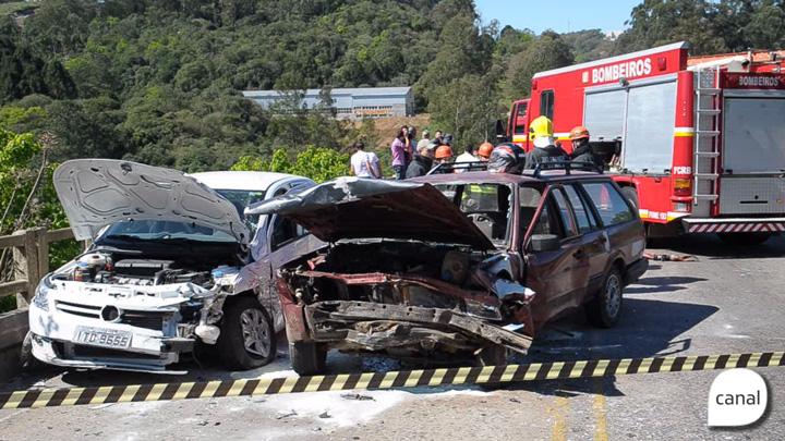 Acidente entre dois carros deixa cinco feridos na ERS-122