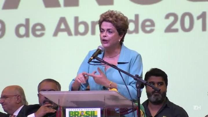 """Dilma diz que \""""impeachment é golpe com as mãos nuas\"""""""