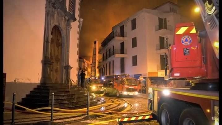 Incêndio de grande proporção atinge Madeira, em Portugal