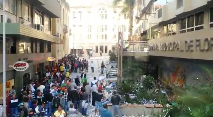 Conflito entre trabalhadores da Comcap e policiais em frente à Câmara de Vereadores
