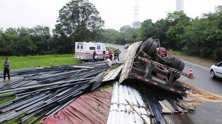 Caminhão tomba em alça de acesso à freeway