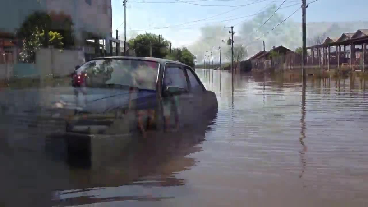 Moradores de área alagada em Alvorada sofrem com saques das residências. 05/09/2013