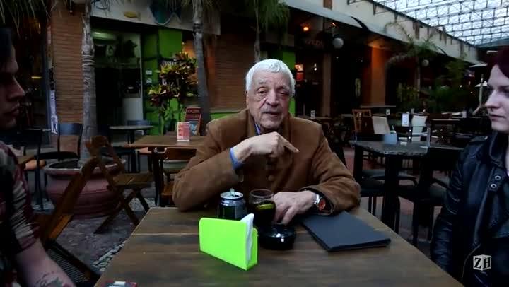 Sant\'Ana entrevista um casal que pediu pra tirar uma foto com ele