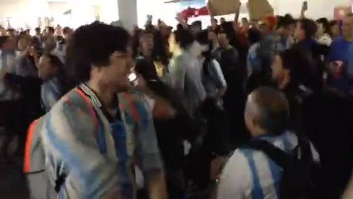 """Maradona es más grande que Pelé"", torcedores Argentinos cantam na Arena Corinthians"