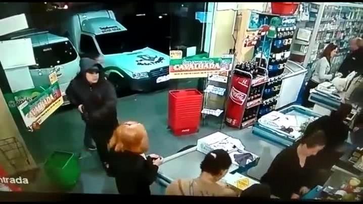 Vídeo ajuda a polícia a localizar assaltantes e descobrir um ponto de tráfico
