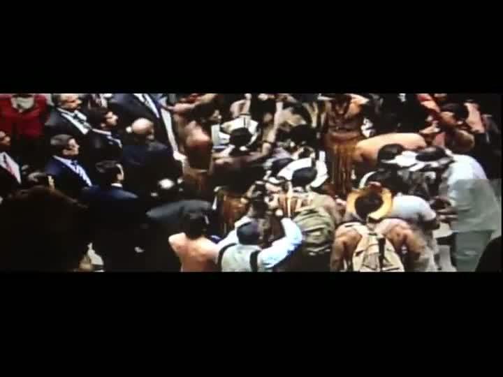 Índios invadem o plenário da Câmara dos Deputados