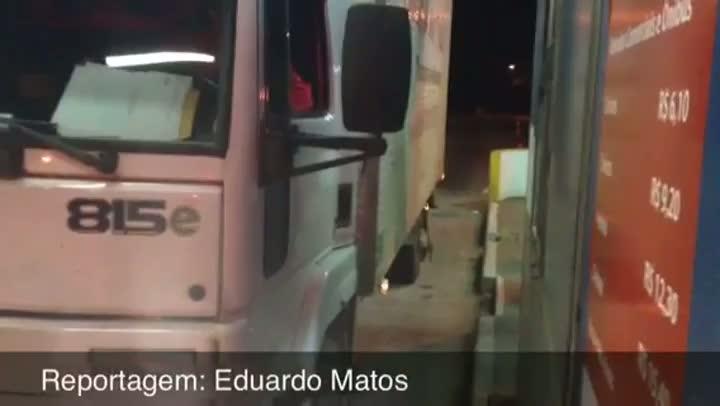 Primeiro motorista a pagar pedágio na retomada da cobrança na praça da RS-130, em Encantado. 12/06/2013