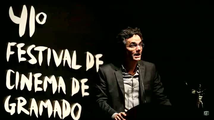 Wagner Moura homenageia filhos de Amarildo, pedreiro desaparecido no Rio de Janeiro