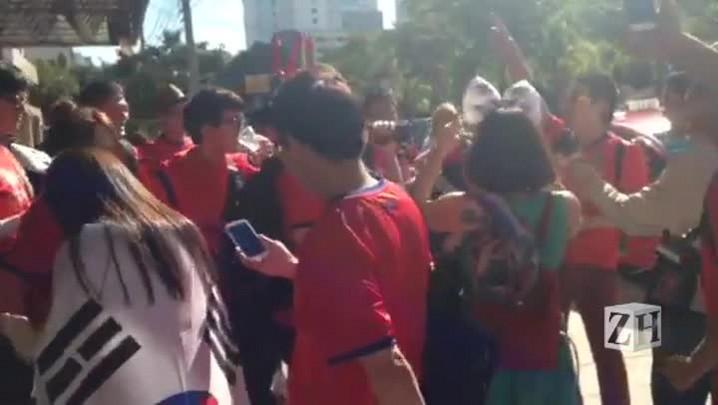 Torcedores sul-coreanos fazem festa antes da partida contra a Argélia