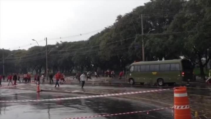 Confira imagens da briga entre torcedores ocorrida antes do Gre-Nal no Beira-Rio. 11/08/2014